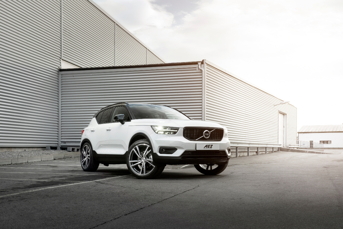 Volvo XC40 R-design with AEZ North dark 8-5x21 ET42 01