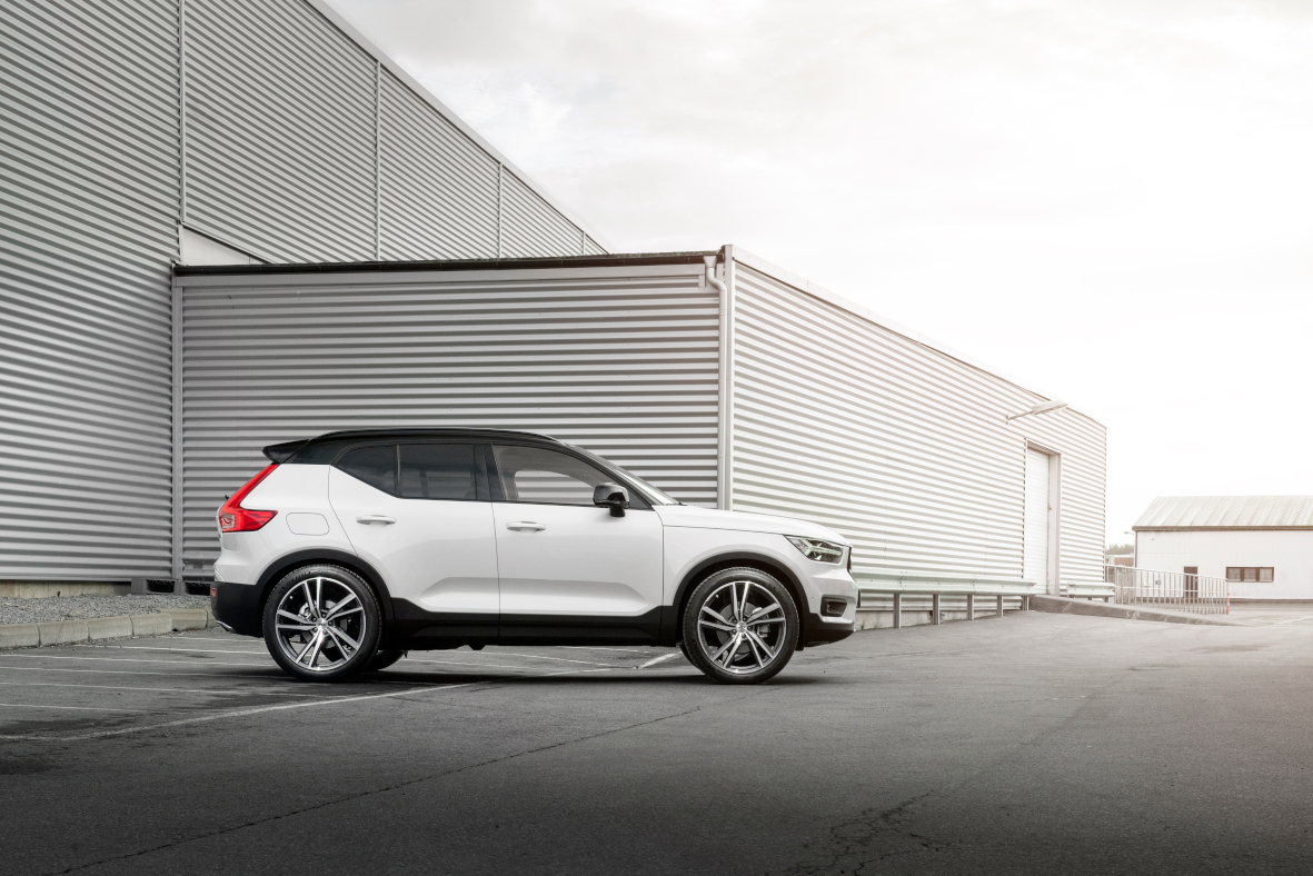 Volvo XC40 R-design with AEZ North dark 8-5x21 ET42 03